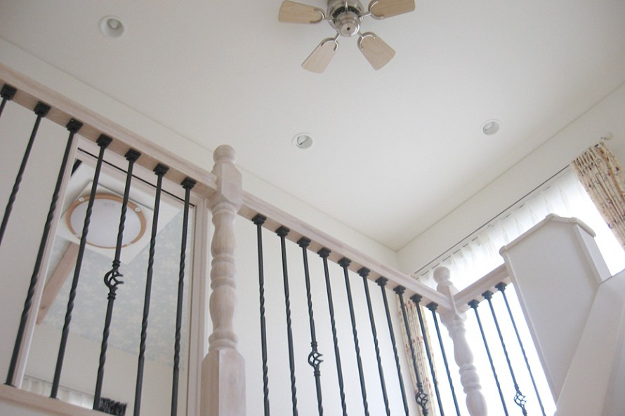 階段の手すりはロートアイアンを使用